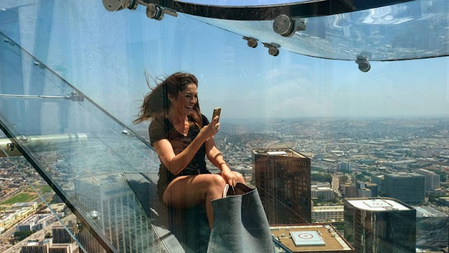 Prédio mais alto de Los Angeles inaugura tobogã de vidro