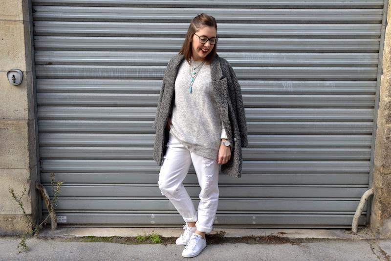 jean boyfriend blanc Kiabi, manteau gris chiné H&m, Pull gris New-Look, collier turquoise Asos, Stan Smith