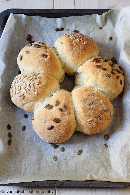 Corona di pane ai cereali con semi di zucca e girasole