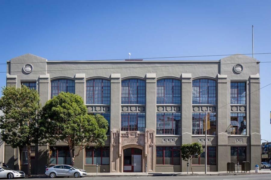 Piękny loft w sercu San Francisco, wystrój wnętrz, wnętrza, urządzanie mieszkania, dom, home decor, dekoracje, aranżacje, salon, living room, szarości, grey, szary, biel, white, styl industrialny, industrial style