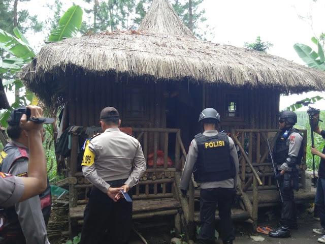 Densus 88 Tangkap Terduga Teroris di Pemakaman Lereng Gunung Semeru