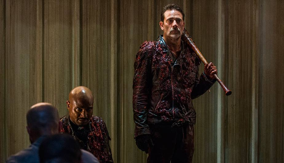 Negan y Gabriel en el episodio 8x05 The Scary U de The Walking Dead