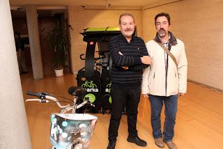 Representantes de las empresas que impulsan el sistema Aparka de aparcamiento de bicicletas diseñado por SMOTION