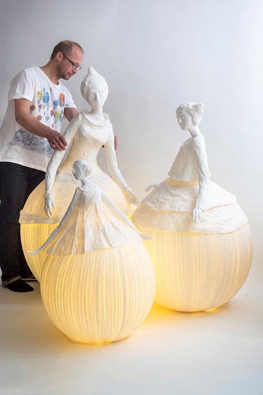 Lámpara figurativas de papel maché iluminan una habitación con elegancia etérea