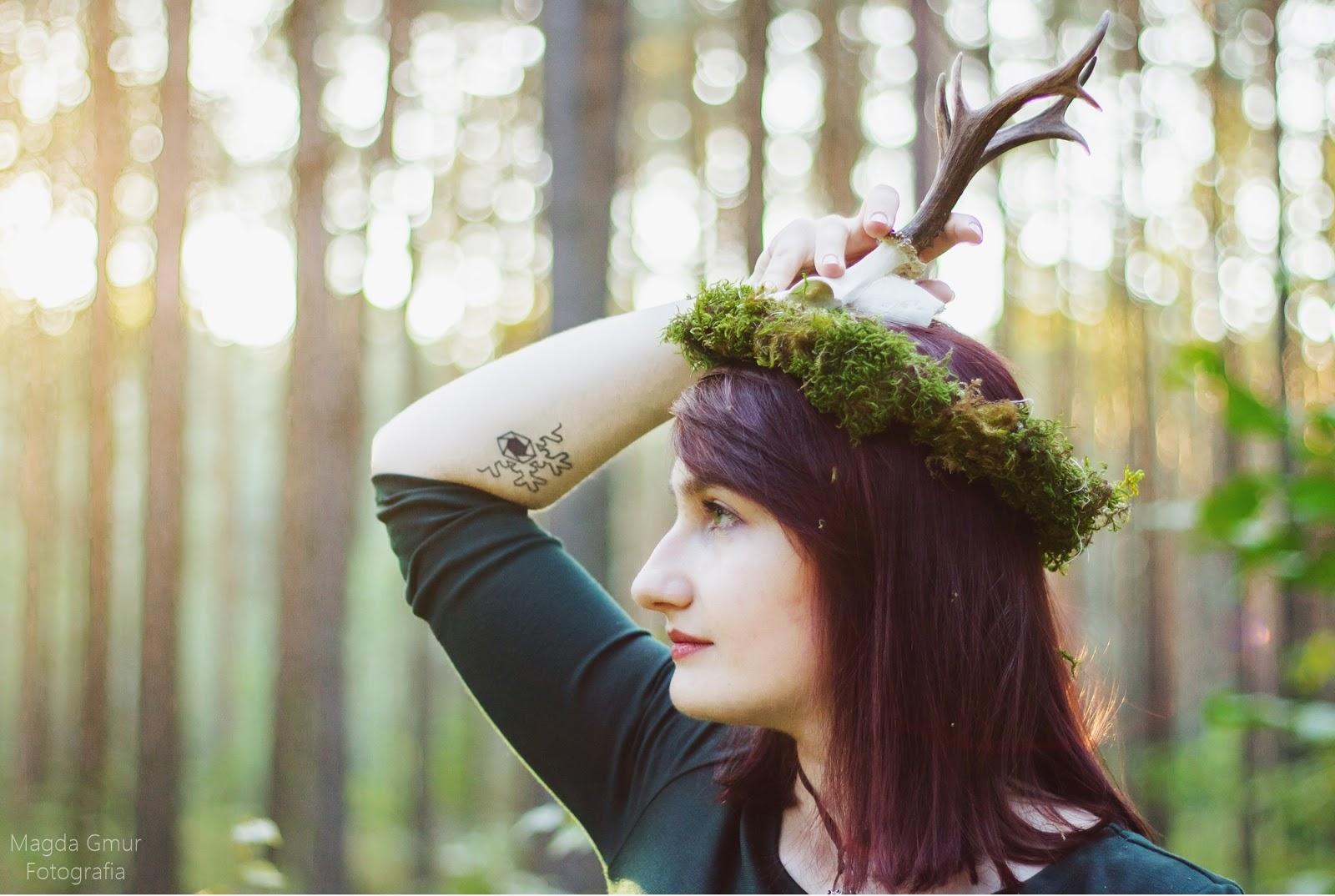 Sesja w lesie, zieleń, rogi jelenia sesja, rogi sesja, bokeh