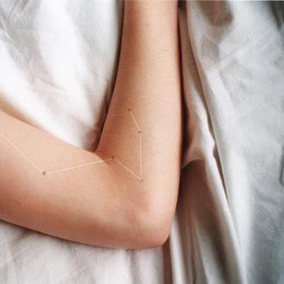 tatuaje de constelacion en el brazo