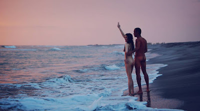 Ellen Adarna and Mark Nicdao go naked by the beach
