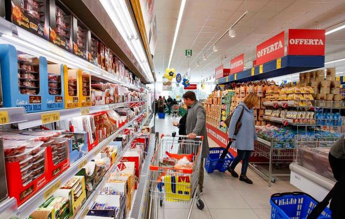 Persone fanno la spesa al supermercato