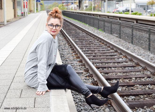 graues Sweatshirt Stoff mit Tüll am Saum, hohe schwarze Booties, look