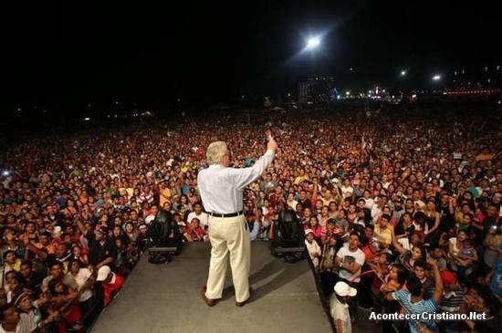 Luis Palau predicando en festival de Venezuela