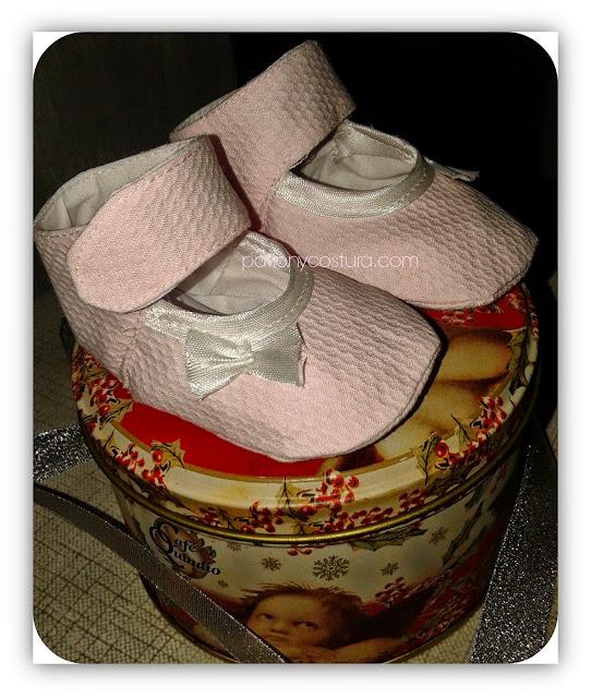http://www.patronycostura.com/2015/03/zapatos-bebe-con-pulsera-tema-94.html
