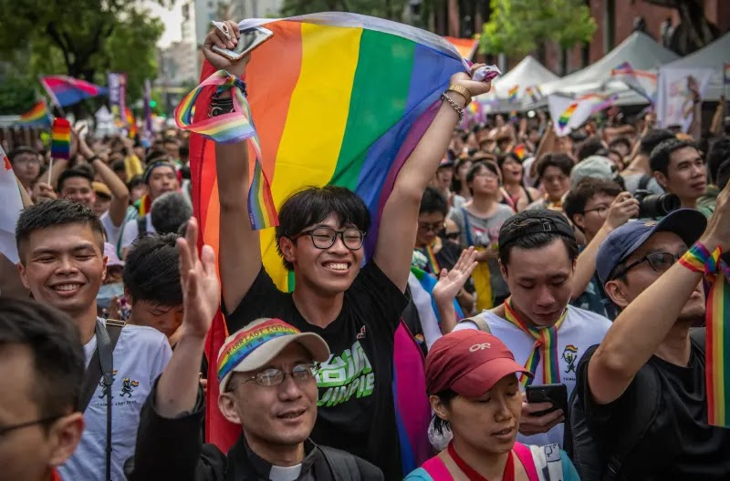 24 Powerful Images From The First Day Of Marriage Equality In Taiwan