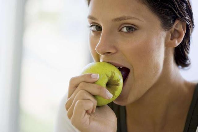 Aposte nas  frutas para manter os dentes saudáveis !