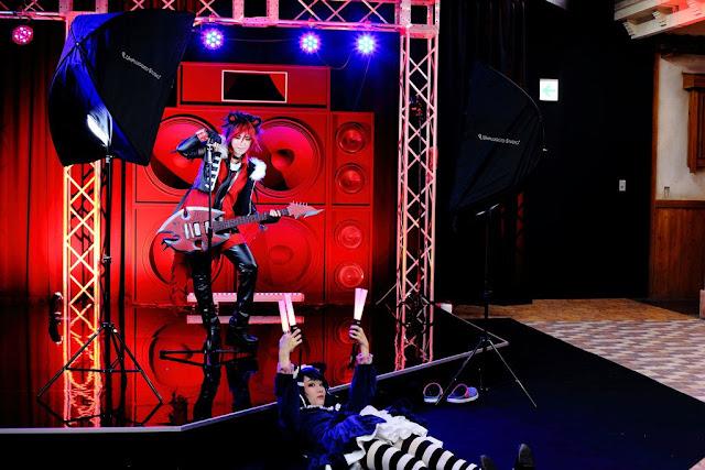Jak wykonywano zdjęcie cosplayerki na scenie muzycznej