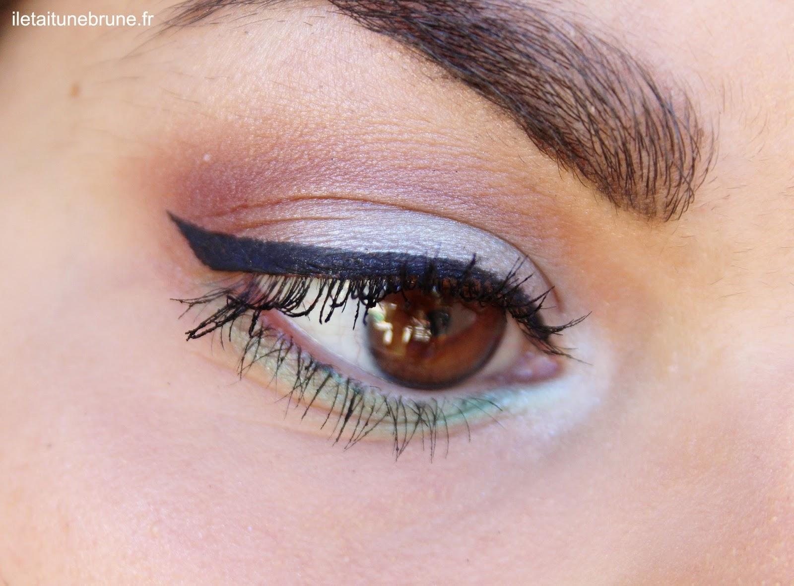 maquillage estival coloré et lumineux trait d'eyeliner noir