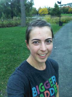 Coureuse souriante dans le parc Jarry