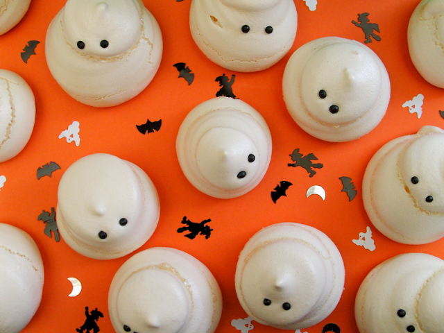 Easy ghost meringues for Halloween || Meringues faciles pour Halloween