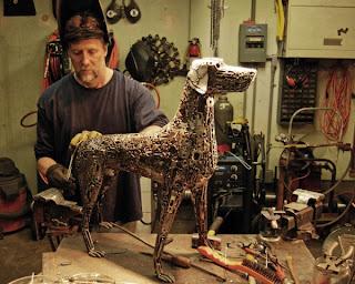 Brian Monk con una de sus creaciones