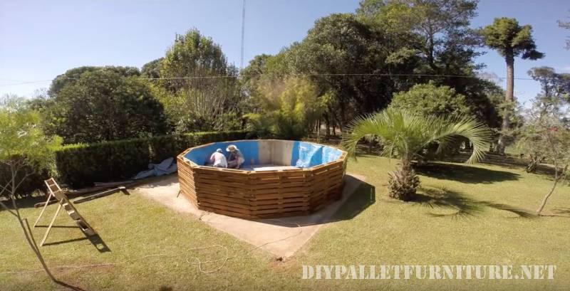 V deo de como hacer una piscina con for Piscina con palets
