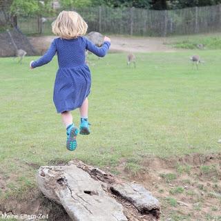 Kleinkind springt in die Luft