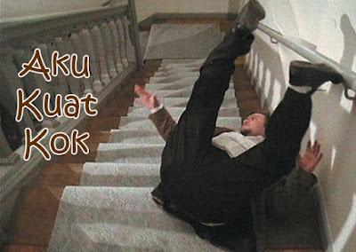 gambar orang jatuh dari tangga lucu
