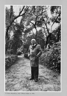 Ο Νίκος Καρούζος, στον εθνικό κήπο το 1982.