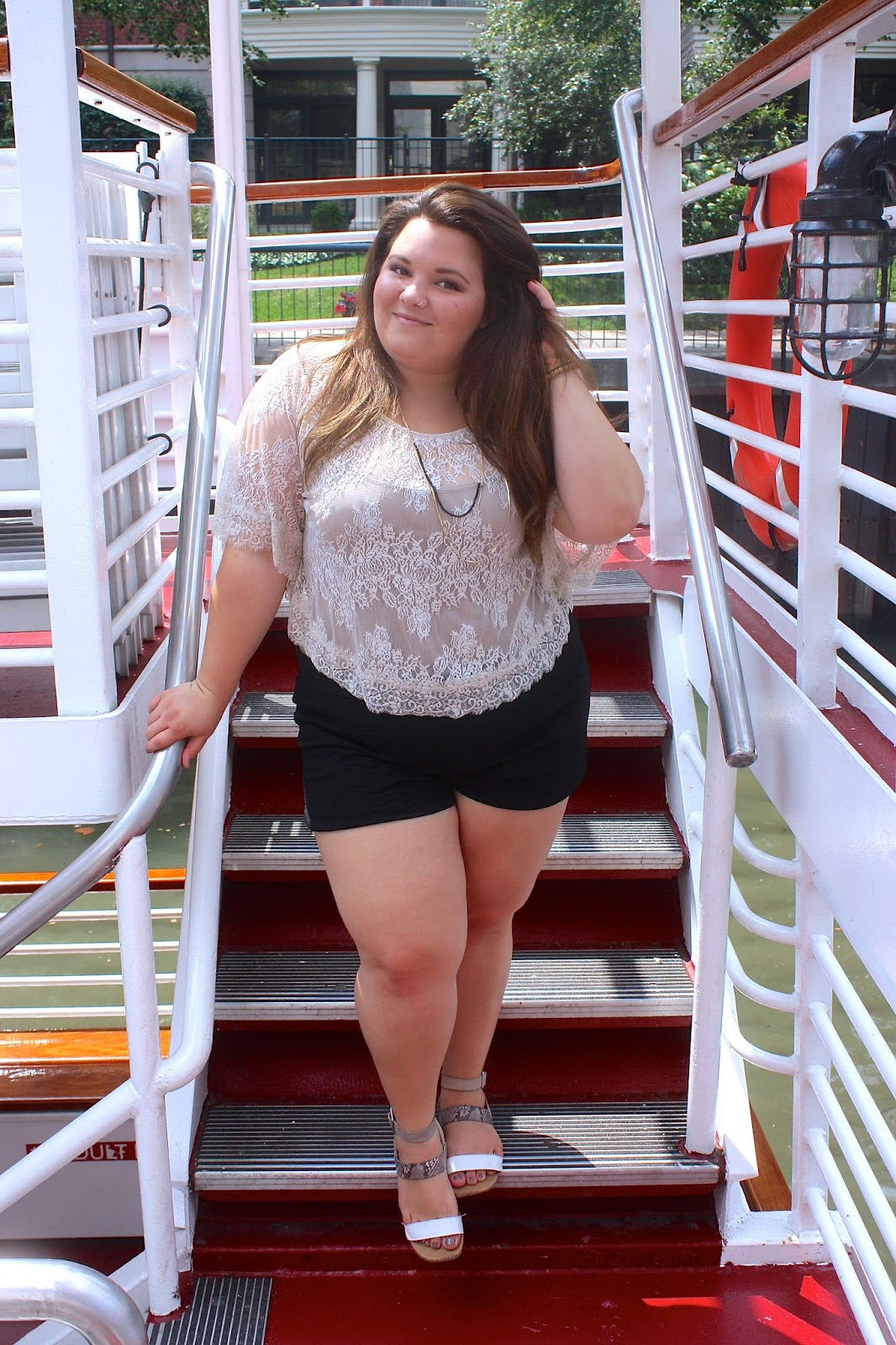 natalie in the city, chicago, shoreline sightseeing, plus size fashion, fashion blogger, windy city blogger, curvy, urban outfitters, natalie craig, chicago river, chicago architecture, trump tower