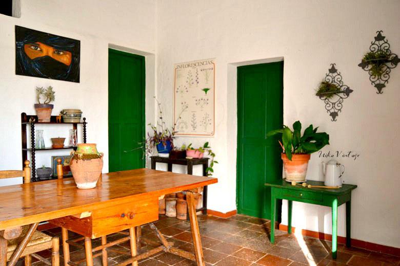 Otra habitación terminada! El comedor decorado con muebles antiguos, ya esta listo para la visita