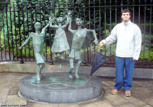 Foto con la estatua Millenium Child de Dublín