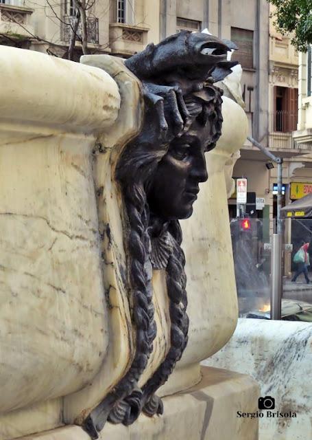 Close-up de uma das máscaras decorativas da Fonte Monumental - São Paulo