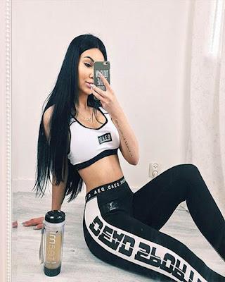 foto tumblr en espejo sentada con outfit deportivo
