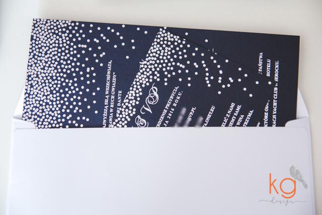 gwiazdy, granatowe, posrebrzane, srebrny, rozgwieżdżone niebo, oryginalne, osobne karty, nietypowe, błyszczący, granatowy papier, eleganckie, romantyczne, RSVP, poligrafia ślubna, papeteria ślubna, projekt ślubny, gwiazdy, kropeczki, niebo usiane gwiazdami, nocne zaproszenie slubne, zaproszenie slubne z gwiazdami, kg design papeteria slubna, poligrafia slubna, bochnia, krakow, warszawa, nietypowe i oryginalne zaproszenia, blyszczace, gold foil, posrebrzane, granatowo-srebrne, noc, gwiazdy, letni slub, granatowy papier, czarny papier, gold foil silver foil, pozłacane, posrebrzane