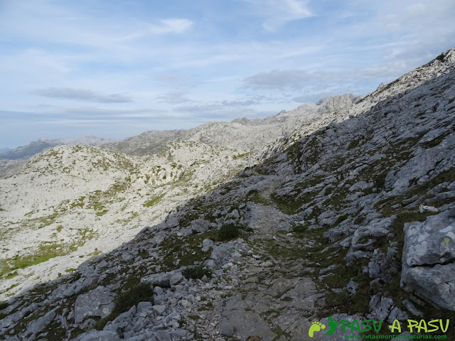 Camino a Vegarredonda desde la zona del Mirador de Ordiales