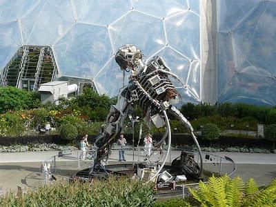 Robot hechos con desechos reciclados metálicos