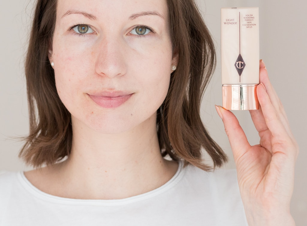 Charlotte Tilbury Light Wonder Foundation 1 Fair nur links im Gesicht aufgetragen