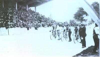 Départ d'une course au Vélodrome de Montceau