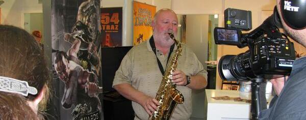 Al Lowe toca el saxofón durante la Gamescom 2013.