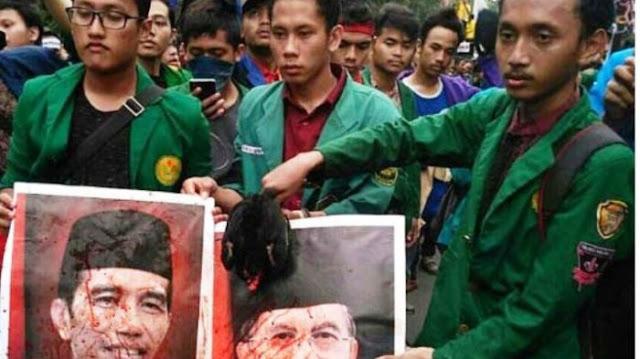 Mahasiswa Lakukan Adegan Potong Ayam Diatas Foto Presiden dan Wapres. Berpendidikan?