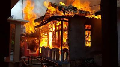 Api Berkobar Disaat Hujan, Dua Rumah Ludes