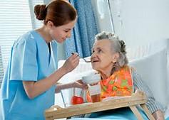 """<Imgsrc=""""Enfermera alimentando anciana.jpg"""" width = """"220"""" height """"154"""" border = """"0"""" alt = """"Foto de enfermera alimentando anciana."""">"""
