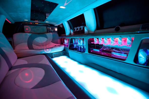 Excalibur Limousine mieten. Bar in der Limousine mit Sekt, Lichtershow, Sound.
