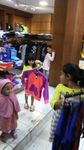 Menyusuri Factory Outlet di Jalan Riau