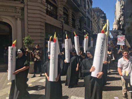 Argentinos marchan otra vez contra tarifazo de Mauricio Macri