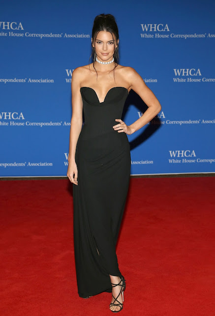 Kendall Jenner vestido preto longo, festa