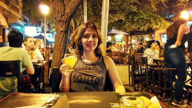 Mesas na rua Peatonal Sarmiento, em Mendoza