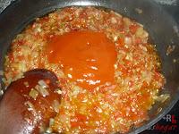 Añadiendo el tomate frito