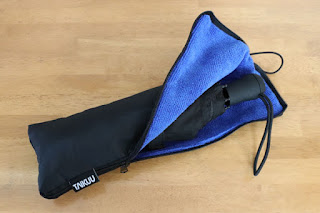 TAIKUU 折り畳み傘 超軽量 240g Teflon認証 超吸水カバー付き 晴雨兼用 傘テフロン ブラック U-240 BL-WBマイクロファイバーの収納袋にロゴタグが付きました。