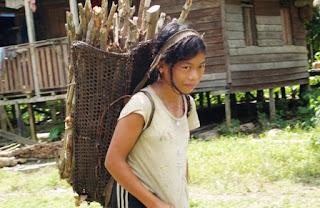 Wanita Dayak yang tinggal di jantung Borneo