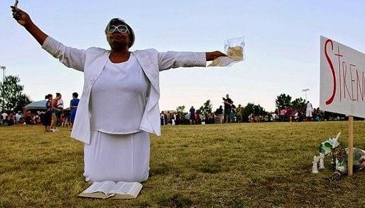 Mujer orando en voz alta en la vía pública