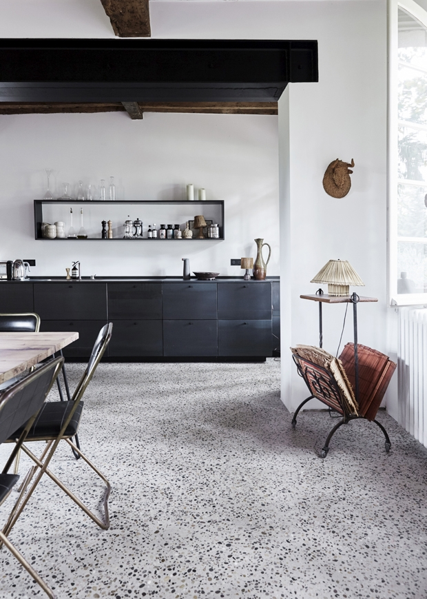 hellolovely-french-farmhouse-modern-black-kitchen-camargue-france